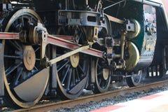 Железные колеса поезда двигателя потока локомотивного на следе железных дорог стоковая фотография