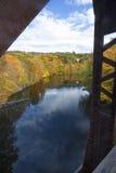 Железные прогоны обрамляют красочное реку Farmington в кантоне, Connec Стоковые Фотографии RF