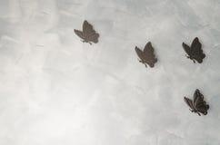 Железные butterflys на предпосылке цемента Стоковая Фотография