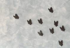 Железные butterflys на предпосылке цемента Стоковые Фотографии RF