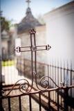 Железный крест в кладбище Нового Орлеана Стоковая Фотография