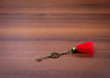 Железный ключ лежит на таблице Стоковое Фото