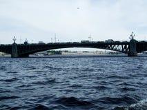 Железный мост над Святым Peterburg Россией реки стоковое фото