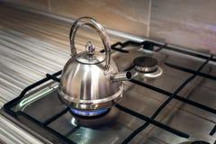 Железный чайник на газовой плите Стоковая Фотография