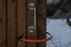 Железный шарнир на стробе в загородке замок Стоковое фото RF
