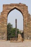 Железный штендер внутри комплекса Qutub в Mehrauli стоковое изображение