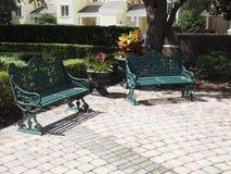 2 железных скамейки в парке патио Стоковые Изображения