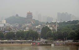 Желтая башня крана и другие здания почти Река Янцзы Стоковая Фотография