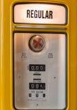 Желтая винтажная бензозаправочная колонка, бензоколонка Стоковое Изображение RF