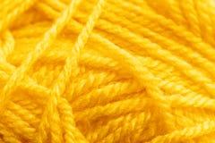 Желтая вязать текстура потока, фон дела рук Стоковое Изображение