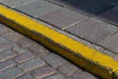 Желтая граница камня обочины Стоковая Фотография RF