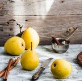 Желтая груша на деревянной доске, ручки циннамона, здоровая закуска Стоковые Изображения RF