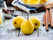 Желтая груша на деревянной доске, ручки циннамона, здоровая закуска Стоковое Изображение RF