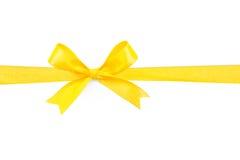Желтая лента смычка подарка сатинировки Стоковые Фото
