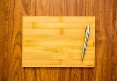 Желтая деревянная ручка плиты и серебра Стоковое фото RF