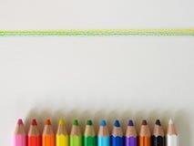 Желтая зеленая линия с предпосылкой представления crayon Стоковые Фотографии RF