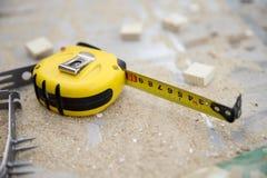 Желтая измеряя лента на рабочем месте Стоковое Изображение RF
