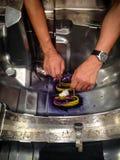 Желтая и фиолетовая глина моделирования на поверхностной пользе прессформы для инженера Стоковые Фотографии RF