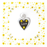 Желтая картина цветков и старая бирка на белой предпосылке Стоковое Фото