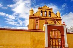 Желтая колониальная церковь стоковое изображение