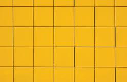 Желтая металлическая граненная предпосылка картины панели фасада, большой детальный горизонтальный крупный план Стоковые Фотографии RF