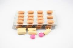 Желтая предпосылка пакета таблетки и волдыря Стоковое Изображение