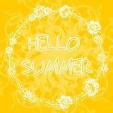Желтая предпосылка с рамкой с летом текста здравствуйте! Стоковое фото RF