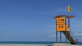 Желтая станция предохранителя жизни с желтым флагом на пляже видеоматериал
