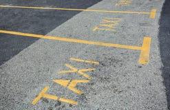 Желтая станция такси знака на улице дороги асфальта Стоковое Фото
