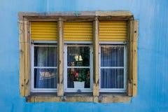 Желтая стена оконной рамы и сини Стоковое Фото