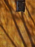 Желтая стена с окном стоковые фотографии rf