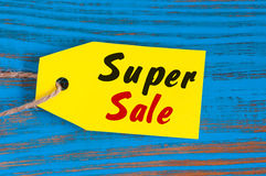 Желтая супер бирка продажи Конструируйте для продаж, скидки, рекламы, ценников маркетинга одежд, меблировк, автомобилей, еды Стоковые Изображения RF