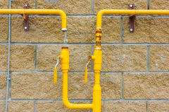 Желтая труба газа на стене, соединенной газу к нему Новый дом, Стоковые Фото