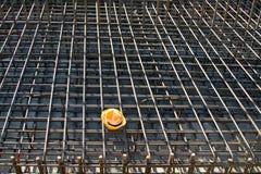 Желтая трудная шляпа на строительной площадке Стоковые Изображения