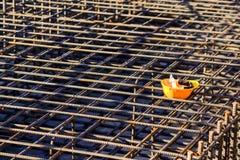 Желтая трудная шляпа на строительной площадке Стоковые Фото