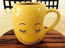 Желтая улыбка чашки стоковое изображение rf