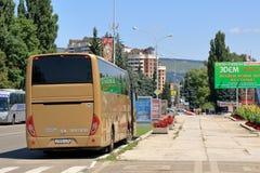 Желтая шина около пешеходного перехода Стоковое Изображение RF