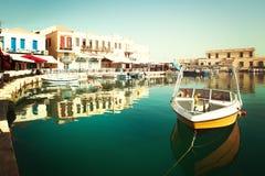 Желтая шлюпка в центре города Rethymnon стоковое фото