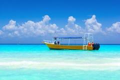Желтая шлюпка на тропическом пляже Стоковое фото RF