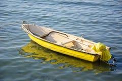 Желтая шлюпка стоковая фотография rf