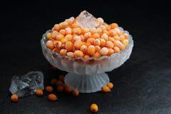 Желтая ягоды, который замерли с частями льда Стоковые Фотографии RF