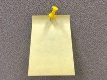 Желтое бумажное примечание и желтый штырь на текстуре всходят на борт предпосылки Стоковые Фото