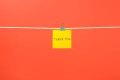 Желтое бумажное примечание на веревке для белья с текстом спасибо Стоковые Фото