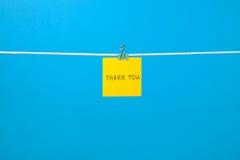 """Желтое бумажное примечание на веревке для белья с  You†""""Thank текста стоковое фото"""