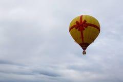 Желтое горячее летание воздушного шара в небе Стоковое Изображение RF