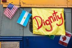 Желтое знамя сана на старой шине Стоковая Фотография