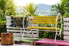 Желтое качание стенда в саде Стоковая Фотография RF