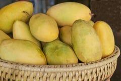 Желтое манго в корзине, Филиппины Стоковая Фотография