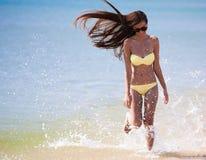 Желтое море бикини, бег стоковые фото