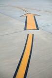 Желтое направление подписывает внутри авиапорт. Стоковая Фотография RF